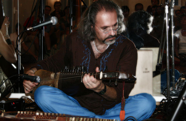 Click to view full size image  ==============  PASSAGE FROM INDIA:  Riccardo Misto (rebab) dal concerto