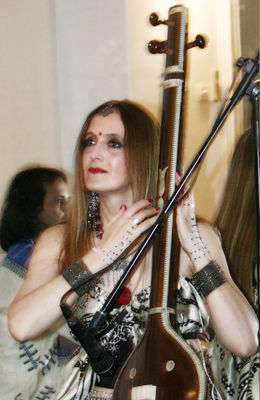Click to view full size image  ==============  PASSAGE FROM INDIA:  Silvia Refatto (tanpura) dal concerto